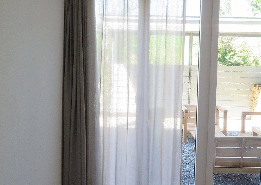 halb offen gardine store new york nach mass. Black Bedroom Furniture Sets. Home Design Ideas