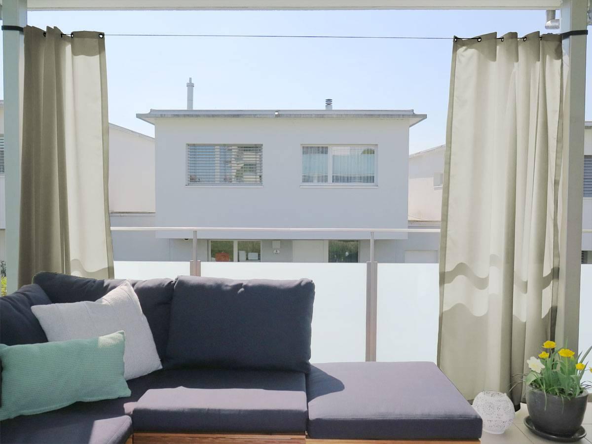 outdoor vorhang in beige als sichtschutz f r den balkon. Black Bedroom Furniture Sets. Home Design Ideas